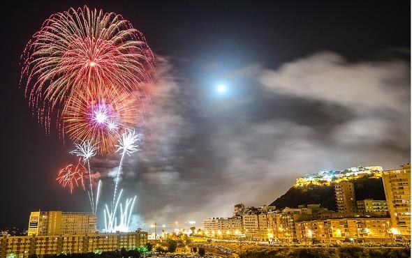 the-bonfires-of-san-juan-a-dazzling-tourist-show-in-alicante-night