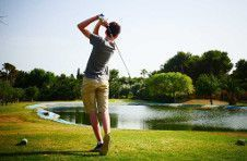 Thumbnail a male golf player