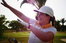 Thumbnail a female golf player